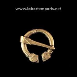 Pennannular brooch